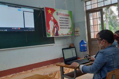 Ngày đầu tiên các thầy, cô dạy học trực tuyến